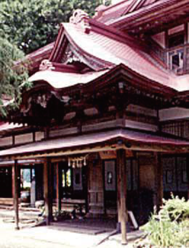 Gabled, hipped roof / main entrance